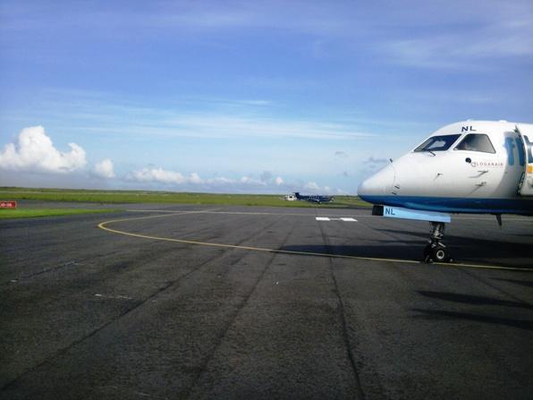 アイラ空港とプロペラ機